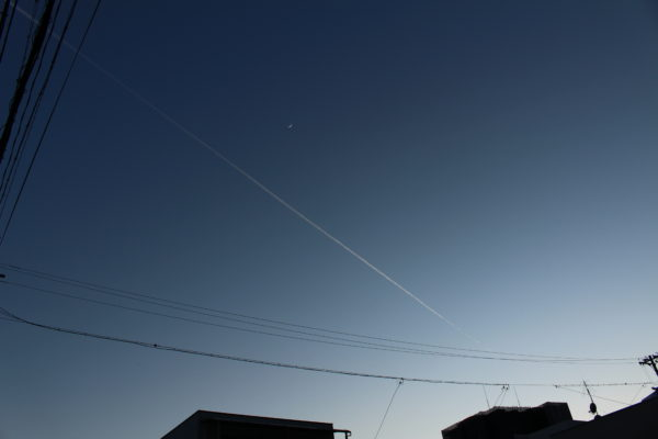夜の飛行機雲ときどき月